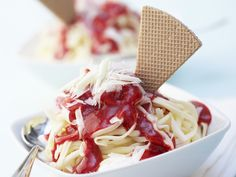 Spaghetti-Eis mit Erdbeersoße und weißen Schokoraspeln - smarter - Zeit: 20 Min. | eatsmarter.de