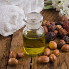 Idéale pour les soins du visage et du corps, mais aussi pour les cheveux et les ongles, l'huile d'argan peut embellir et sublimer toutes les peaux...