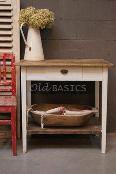 Oude brocante Bijzettafel  met stoere houten schaal en verweerd stoeltje. Alles te koop bij WWW.OLD-BASICS.NL (webshop & grote loods vol unieke oude meubels)