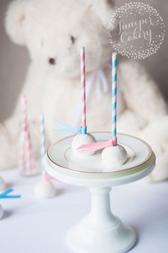 Learn how to make cute & easy gender reveal cake pops. A pink or blue interior reveals if the baby will be a he or a she! Get the free tutorial on Craftsy.