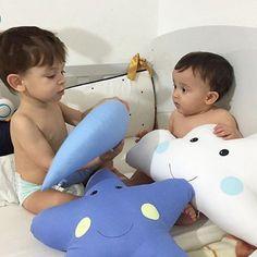Não existe imagem mais linda pra nós 💙 Luiz e seu priminho se divertindo com nossas almofadinhas😍😍😍😍😍😍#EnxovalMenino #Boy #Enxoval #EnxovalCama #MundoAzul #Modernismo #Bebe #Maternidade #Nascimento #  #DecorBaby # # #QuartoMenino #QuartoLudico #QuartoInfantil #Kids #Baby #Enxovaldebebe #Kitberco #Quartodebebe #Kids #Criança #AlmofadaNuvem #AlmofadaElefante #AlmofadaGota