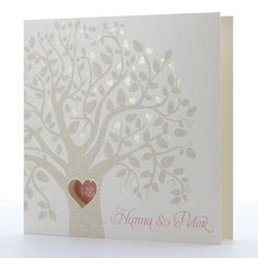 Einladungskarte, Klappkarte in 'perlmutt' mit Aufdruck 'Baum' und Herzfenster.