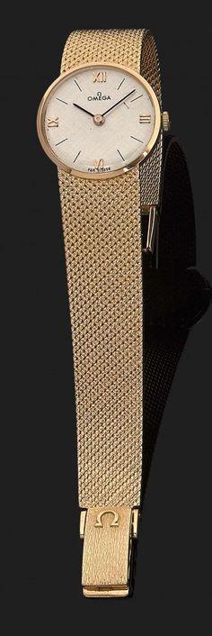 OMEGA VERS 1960 Montre bracelet de dame en or jaune. Cadran argenté avec index chiffres romains