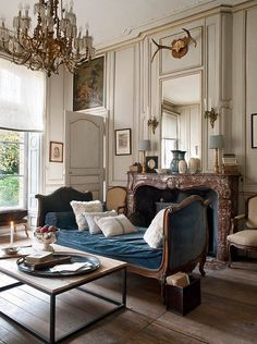 Striking the perfect balance of beauty and comfort, country French style easily fits into elegant homes and country homes equally. Read Awesome French Country Living Room Decor and Design Ideas French Living Rooms, French Country Living Room, Shabby Chic Living Room, Country Bedrooms, Living Room Styles, Living Room Designs, French Decor, French Country Decorating, Chic Apartment Decor