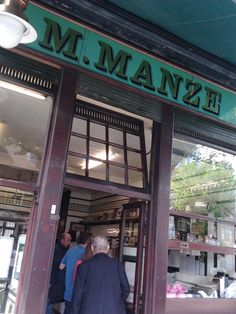 Manze Pie and Mash London Tours, London Museums, London Places, Jellied Eels, London Activities, Pie And Mash, Sign Writer, Uk Homes, Things To Do In London