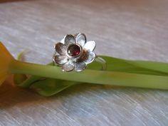"""Der Frühling ist da! Natürlich mit feinster Handarbeit: Ring """"Blümchen"""" (Granat) von GoldschmiedeNorwinVitten auf DaWanda.com"""