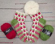 Vielä jatkuu mansikkakausi ainakin sukkien muodossa jollei muuten. Nämä ovat jo kolmannet samalla mallilla eli omalla. Vihreä lanka vaihtui ... Fair Isle Knitting, Knitting Socks, Hand Knitting, Wool Socks, Designer Socks, Boot Cuffs, Bunt, Mittens, Knit Crochet