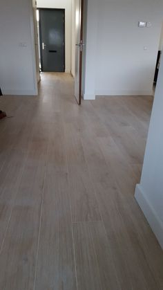 Houtlook tegels Lea slimtech woodstock cream wood 20x200 cm dunne tegels Refinishing Hardwood Floors, Wooden Flooring, Woodstock, Interior Styling, Interior Design, Grey Walls, Future House, Decoration, Architecture Design