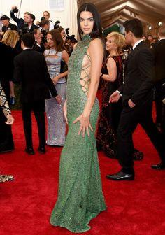 Kendall Jenner com um vestido verde de abertura lateral poderosíssimo!