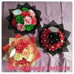 Buket bunga dari kertas.  Hiasi rumah mu dengan bunga bunga cantik.  083114610391.  #buketbunga #kadounik #florist #graduation #jualbunga #buketwisuda #kadowisuda #handbouquet #hadiah #bouquet #souvenir