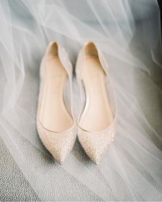 27 Flat Wedding Shoes For Lovers Of Comfort & Style flache Hochzeitsschuhe 3 Mehr Rose Gold Wedding Shoes, Kate Spade Wedding Shoes, Wedding Heels, White Flat Wedding Shoes, Winter Wedding Shoes, Colorful Wedding Shoes, Cake Wedding, Wedding Vows, Green Wedding