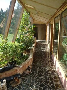 Earthship home - Combo hallway and greenhouse, growing your own veggies and fruit stays around 70 degrees year round Small House Swoon, Tiny House, Earthship Home, Earthship Design, Casas Containers, Earth Homes, Natural Building, Green Building, Backyard