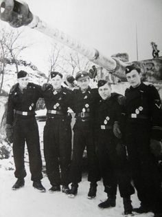 Michael Wittmann V. with his crew in January 1944 Loader Werner Irrgang, gunner Bobby (Balthasar) wool, Wittmann, Funker Sepp Rößner, driver Eugen Schmidt before the Tiger S 04 with 88 painted firing rings German Soldiers Ww2, German Army, Luftwaffe, Panzer Iii, Ww2 Pictures, Tiger Tank, Battle Tank, Ww2 Tanks, Vietnam War