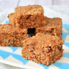 Deze carrot cake havermout repen zijn geïnspireerd op de bekende carrot cake, alleen is deze variant meer geschikt als tussendoortje.