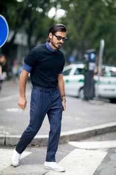 interesanta combinatie tricou peste camasa si pantaloni in dungi cu tenisi...sau pantalonii in dungi bleumarin suflecati, cu adidasii albi si camasa blugi cu capete de mort sau roz lucios si pantofi bleumarin mai vechi sau loaferi bleumarin sau bej sau Ecco