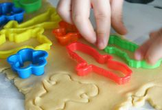Moldes de plastilina en la masa de galletas | DEF Deco - Decorar en familia