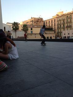 Skaters junto al MACBA.