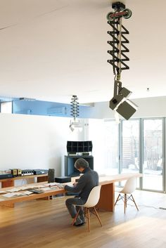Open space, lighting and big speakers... by architect Byoung-soo Cho, Korea @kooglio: mesma cadeira aqui de casa!