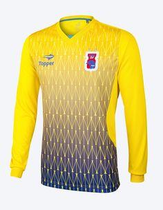 """e8c74ac352 Já a camisa de treino de goleiro tem como cor predominante a amarela com  degradê em tons de azul. Também possui gola em """"V"""". Topper Brasil"""