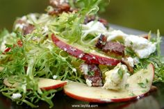 Salada de alface frisée, maçã, bacon e queijo de cabra