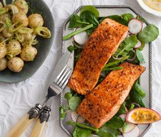 This classic recipe for grilled salmon steaks has a passion fruit hollandaise sauce as a twist and is the perfect light meal for weekend entertaining. Molho Hollandaise, Hollandaise Sauce, Grilled Salmon Recipes, Grilled Fruit, Fruit Sauce, Poached Salmon, Light Recipes, Yummy Treats, Grilling
