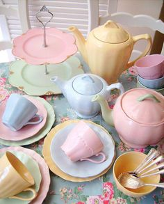Retro Pastel Tea Party ~ All Vintage Pieces - great colour combo for pastel gold Good Morning Cottage. Today is pastel and tender colour day! Vintage Dishes, Vintage Table, Vintage Tea, Vintage China, Vintage Party, Retro Vintage, Soft Colors, Pastel Colors, Colours