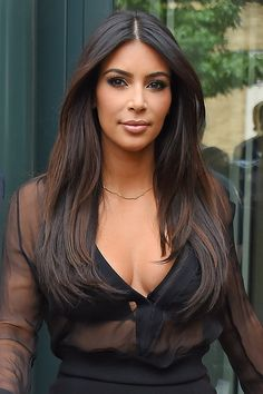Kim Kardashian from Fall 2014 Hair Color Inspiration Take a good look: This deep brunette hue is more complex than you might think at first glance. Subtle mahogany highlights frame her face and adds depth and extra shine. Looks Kim Kardashian, Kardashian Style, Corte Y Color, Femmes Les Plus Sexy, Fall Hair, Hair Dos, Gorgeous Hair, Pretty Hairstyles, Hair Hacks