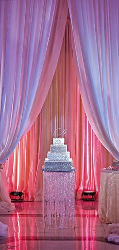 Wedding cakes table decorations bling 23 ideas for 2019 Wedding Cake Table Decorations, Wedding Table Setup, Wedding Cake Stands, Bling Wedding Cakes, Wedding Cake Designs, Chic Wedding, Trendy Wedding, Dream Wedding, Photos Booth