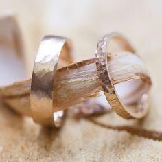 Elles sont magnifiques. Nous les adorons et nous les voulons plus que tout ! Alliances écolos en or rose éthique martelé, forme ruban plat, intérieur confort, made in Paris, Paulette à Bicyclette