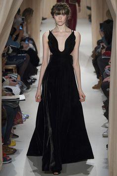 La robe en velours noir de Valentino
