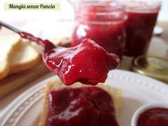 Una deliziosa composta di fragole agli agrumi con pochissimo zucchero e facilissima da preparare sia con le fragole surgelate che fresche.