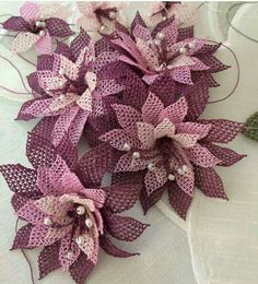 This post was discovered by Ba Burlap Flowers, Satin Flowers, Beaded Flowers, Diy Flowers, Crochet Flowers, Crochet Lace, Burlap Crafts, Burlap Wreath, Diy And Crafts