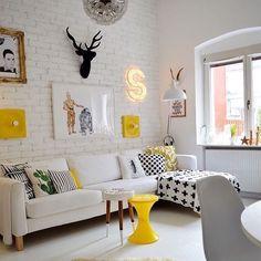 Que tal uma sala toda branca com detalhes em amarelo e preto?! Fonte:  Pinterest  #inspiração #dica #tips #instadesign #design #cool #estilo #trinket #trinketoficial