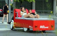 bici-letto, una splendida idea realizzata da Richard Eckes che l'ha chiamata Berlin Horizontal. Porta i turisti in giro per Berlino su di un letto