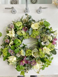 A Spring Wreath Tutorial by @the_suffolk_nest - Just A Little Build Easter Flowers, Spring Flowers, Cut Flowers, Easter Wreaths, Christmas Wreaths, Spring Wreaths, Diy Wedding Day, Diy Wreath, Wreath Ideas