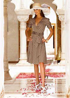 Veja agora:Pura feminilidade! Lindo vestido de malha de bolinhas. Parte superior em look transpassado chique, cinto para amarrar na cintura. Mangas curtas, franzidas, com bonitos punhos. Zíper na lateral superprático. Forrado. Comprimento de aprox.104cm no tam.44.