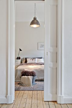 Small areas of the day: a long shot accès chambre par porte coulissante dans le mur p bedroom access by sliding door in the wall Small areas of the day a long shot bedroom access by sliding door in the wall p Interiors Dream, Home Room Design, Bedroom Interior, Home, Interior, Bedroom Inspirations, Interior Furniture, Home Bedroom, Home Decor