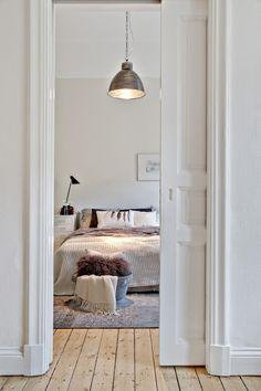 accès chambre par porte coulissante dans le mur