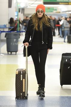 With her pop star boyfriend Zayn Malik and runway wings from Victoria's Secret, Gigi Hadid is the envy of many girls. But Gigi looked like the girl next door while traveling cross-country on Friday.