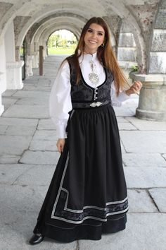maud festdrakt til dame Ethnic Fashion, Dance Dresses, Folklore, All Things, Scandinavian, That Look, Vacation, Traditional, Suits