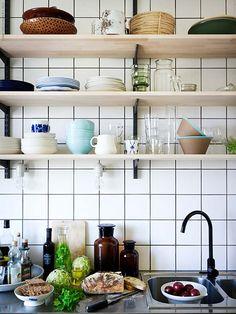 Marianne jobbar somInterior Design Manager på IKEA Kungens Kurva. Hon skapar inspirerande heminredningslösningar varje dag på jobbet och det märks när man kommer hem till hennes klassiska funkislägenhet i Stockholm. Smarta inredningslösningar och ett brinnande intresse för färg och form syns i de små detaljerna och genomsyrar hela hemmet.