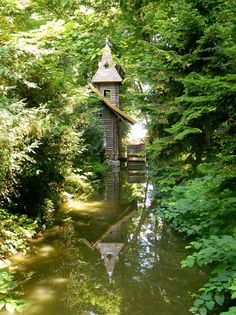 Vácrátót hatalmas, nemzetközi hírű botanikus kert. Az országban itt található meg a legnagyobb növényrendszertani gyűjtemény, amelyben az üvegházban és a sziklakertben látható egzotikus növényeken kívül megcsodálhatjátok a kert kiemelkedően gazdag fa- és cserjegyűjteményét, valamint a Biblia növényeit bemutató kert-kompozíciót is.Szeretlek Magyarország