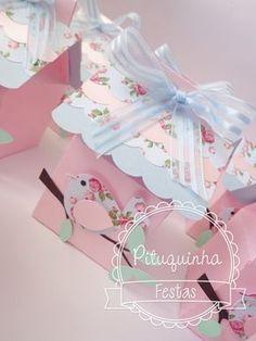 Linda casa de Passarinho  Feita em papéis 180gr  Diversas cores e estampas  Decorada com pássaro  Medidas: 6x6 por 10cm de altura aproximadamente    Agendar seu pedido  Não trabalhamos com recortes, venda do produto como na foto    ***PEDIDO MINIMO DE 16 UNIDADES