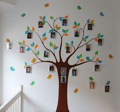 muurdecoratie in een kinderdagverblijf: een gestileerde boom waar heel veel foto's van de kinderen in hangen. Ook de vogels vliegen met lijstjes rond. Kan natuurlijk ook in een kinderkamer gemaakt worden door BIM Muurschildering, met minder foto's en meer blaadjes.