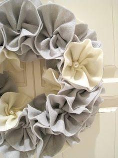 felt 'flowers' on natural wreath. Felt Wreath, Wreath Crafts, Diy Wreath, Burlap Wreath, Fabric Wreath, Cute Crafts, Felt Crafts, Fabric Crafts, Crafts To Make