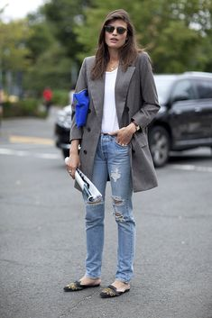 90's-inspired casual: boyfriend blazer, ripped jeans & embellished slippers