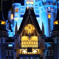 LEGO Disney Castle 360 - HelloBricks Lego Disney Castle, Lego Castle, Chateau Lego, Lego Sculptures, Lego Architecture, Lego Projects, Legos, Big Ben, Guilty Pleasure