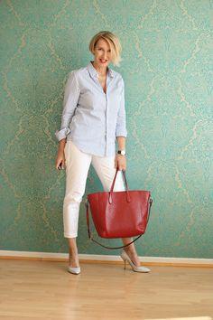 Weiße Jeans mit gestreifter Bluse