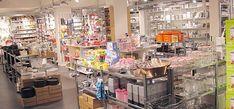 """In unserem """"Back-Kelller"""" finden sie alles für das kreative Backen für die Kleinen wie für die Großen: Kuchen-, Tarte- und Brotbackformen in unterschiedlichen Größen und Formen aus Silikon oder auchAluminium, Antihaft oder keramischer Beschichtung. Ausstecher in allen nur erdenklichen Formen und Variationen, Nudelhölzer, Messbecher, Küchenwaagen, Schokoladen-, Pralienformen, Fondants, Marzipan,Dekorationen und viele weitere Hilfsmittel für Ihre perfekte Back-Kreation werden Sie…"""