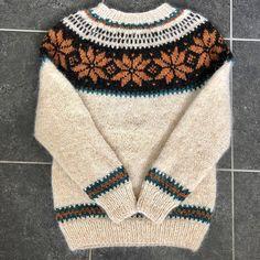 Lys Stjørnugenser strikket ferdig - i Spania😅 Just finalised another Stjørnu sweater - in Spain😅 * * * #stjørnugenseren #alafoss…